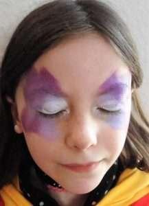 Kinderschminken Schminkvorlage: Farbe für Schmetterling auftragen