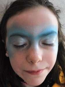 Eiskönigin Schminkvorlage zum Kinderschminken: silberne Farbe auftragen
